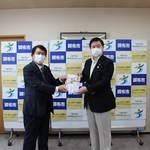 小泉会長より長友市長へ医療資材贈呈